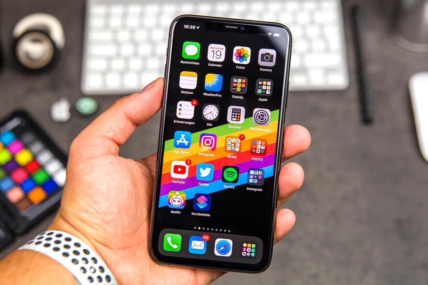 айфон 12 в руке